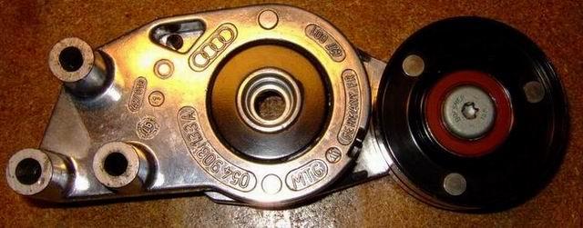 Замена подшипника ролика натяжителя ремня генератора на машине Audi S4 1994 года 29